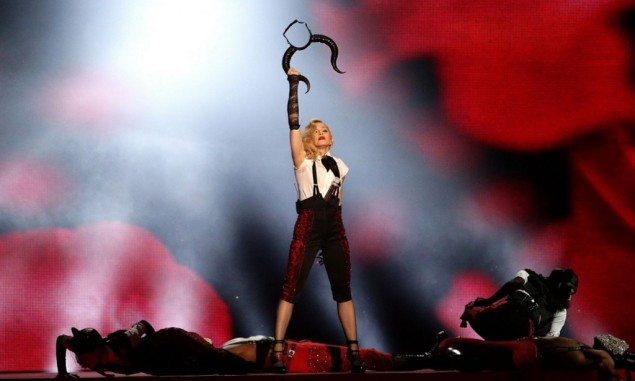 Madonna-brit-awards-2015-chute-1024x616